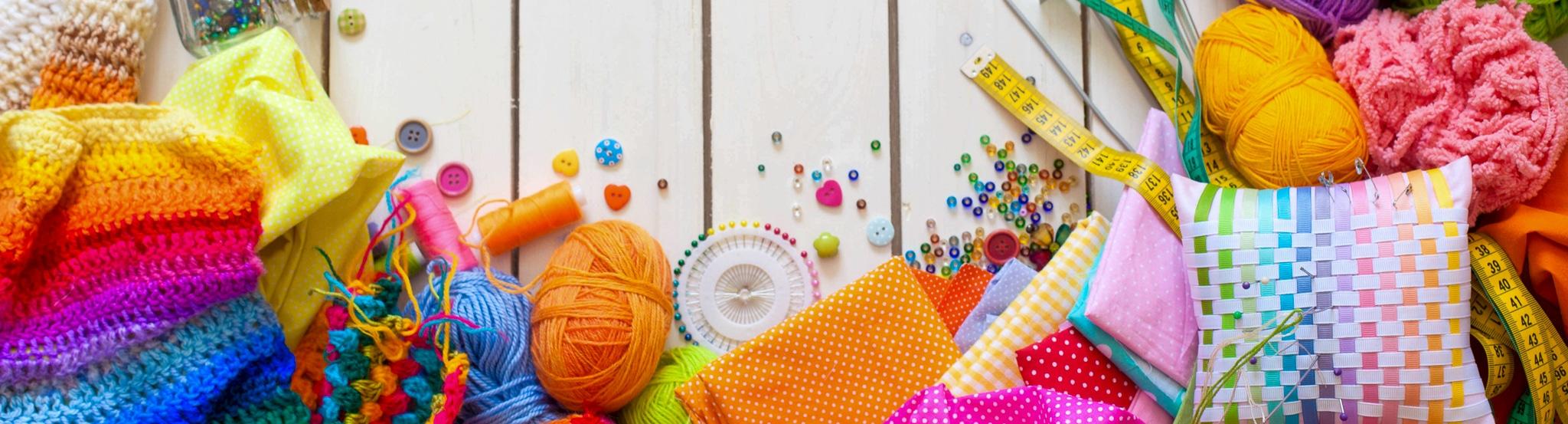 différents accessoires de couture, crochet, couture fil, boutons