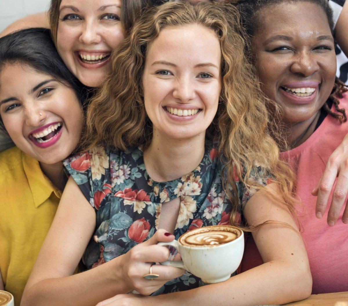 jeunes femmes souriantes buvant un café , amitié, bonheur,