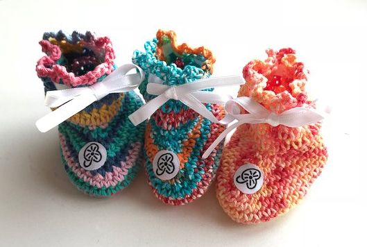 chaussons pour bébé faits main au crochet, unique, personnalisable, swiss made