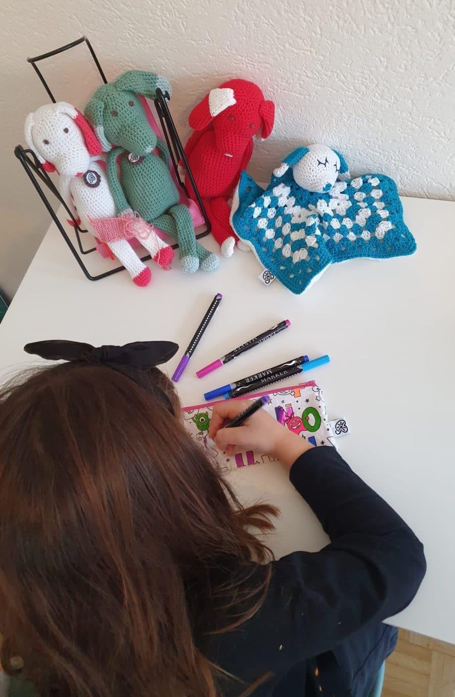 profil d'une enfant coloriant une trousse à colorier unique personnalisée swiss made éco-friendly