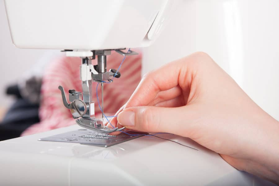 atelier de couture - enfilage du fil machine à coudre