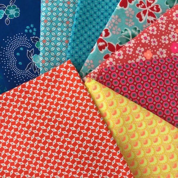 choix de tissus motifs colorés pour atelier de couture